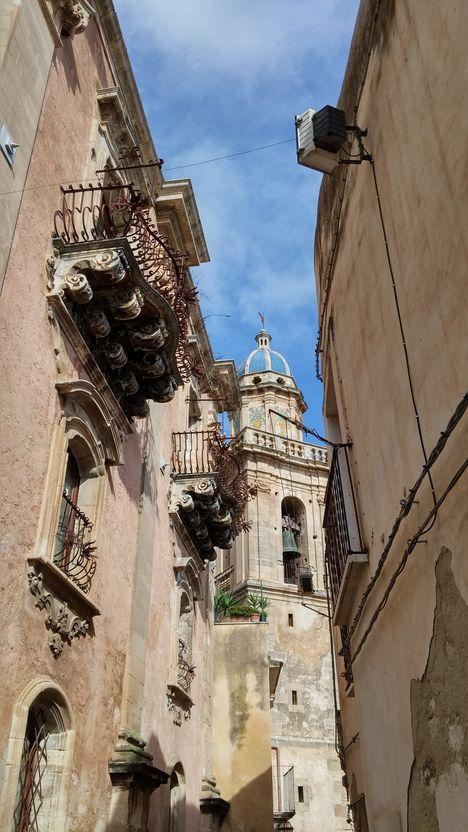 ibla-rue-etroite et balcons