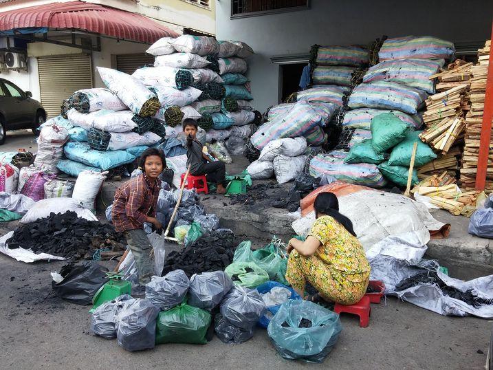 Kampot-marche-charbon-1
