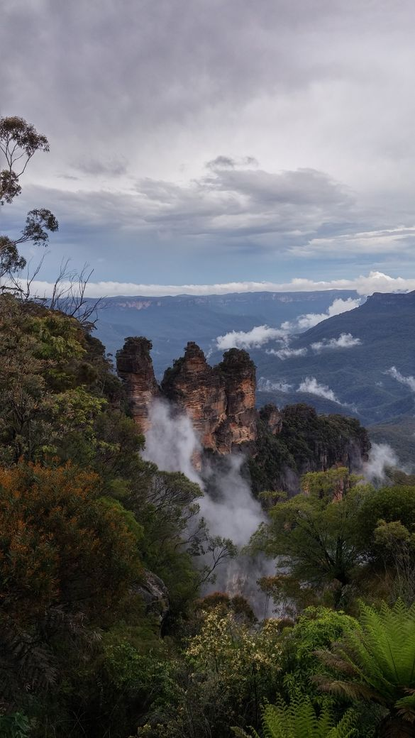 Blue mountains et ses roches Three Sisters avec nuage
