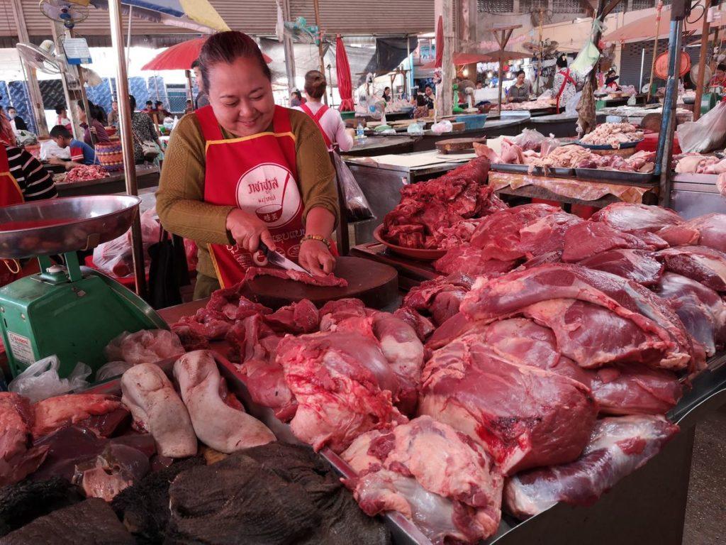 Marchande de porc au marché de Paksé